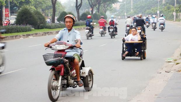 Tấm bằng đại học loại giỏi đổi bằng nước mắt của cha con nam sinh bại liệt - Ảnh 2.