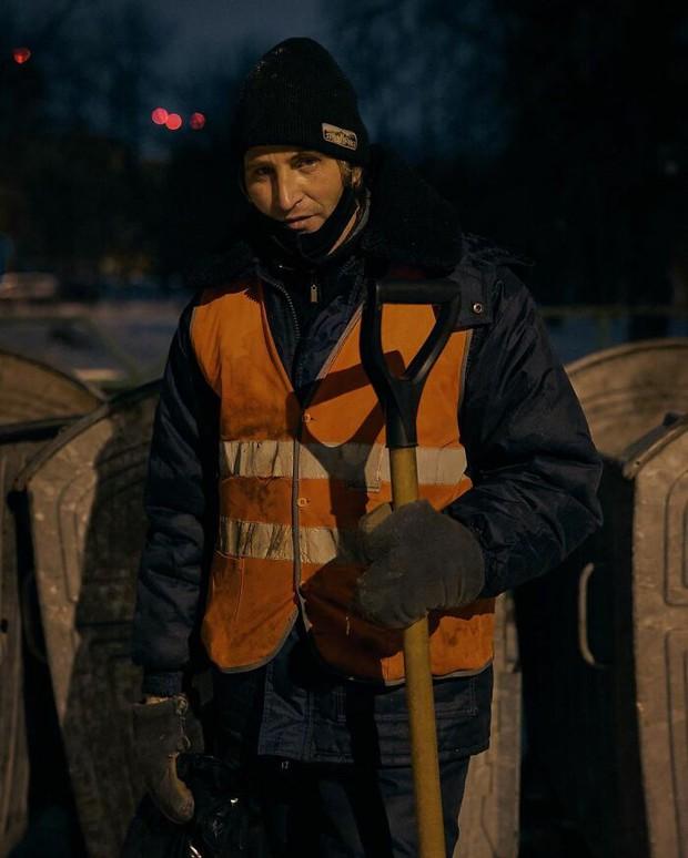 Chỉ nhờ 1 bộ ảnh, người đàn ông quét rác nghèo khổ bỗng chốc nổi tiếng khắp MXH, gây chú ý nhất là câu chuyện đời quá đỗi bi kịch - Ảnh 1.