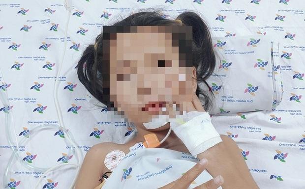 Bé gái 7 tuổi mắc căn bệnh lạ đột ngột không nói, không ăn được - Ảnh 1.