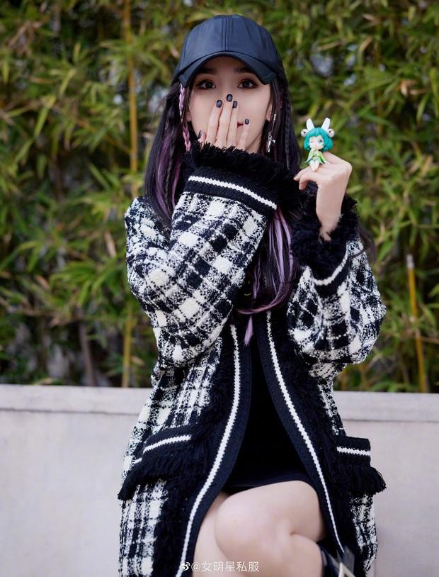Nhờ cao tay chỉnh váy mà Dương Mịch khoe được đôi chân cực phẩm, hack tuổi trẻ trung đến gái 20 cũng ghen tị - Ảnh 2.