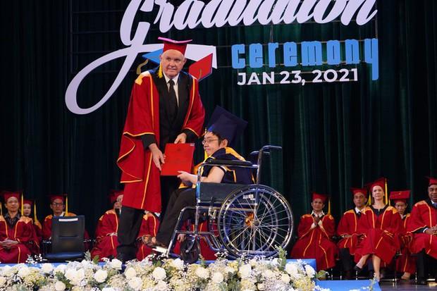 Tấm bằng đại học loại giỏi đổi bằng nước mắt của cha con nam sinh bại liệt - Ảnh 3.