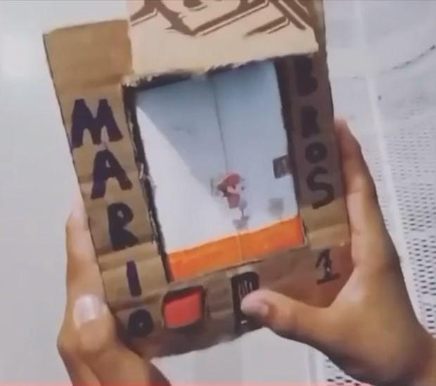 Tự tạo máy game Nintendo chơi Mario huyền thoại chỉ bằng... bìa giấy, cậu bé Venezuela khiến cộng đồng quốc tế thán phục - Ảnh 1.