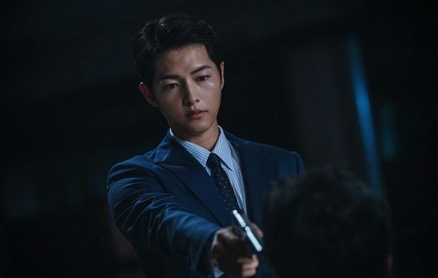 Trùm mafia Song Joong Ki trầm ngâm bên ly rượu trong Vincenzo, còn úp mở: Phim cực kì khó đoán - Ảnh 2.