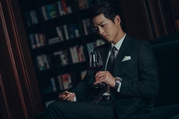 Trùm mafia Song Joong Ki trầm ngâm bên ly rượu trong Vincenzo, còn úp mở: Phim cực kì khó đoán - Ảnh 1.
