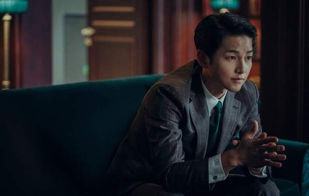 Trùm mafia Song Joong Ki trầm ngâm bên ly rượu trong Vincenzo, còn úp mở: Phim cực kì khó đoán - Ảnh 3.