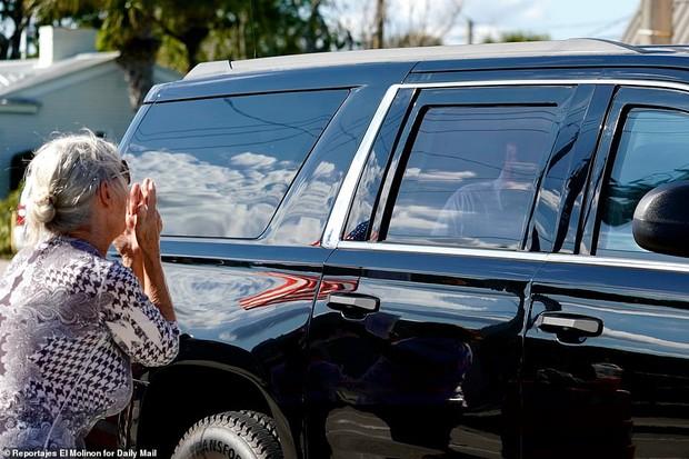 Những hình ảnh đầu tiên của ông Trump sau khi chính thức mãn nhiệm và rời khỏi Nhà Trắng, dòng chữ trên mũ ông đội thu hút sự chú ý - Ảnh 5.