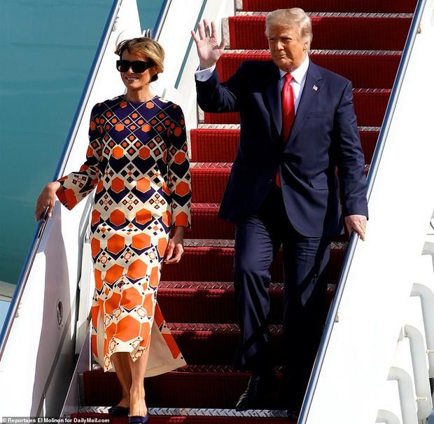 Những hình ảnh đầu tiên của ông Trump sau khi chính thức mãn nhiệm và rời khỏi Nhà Trắng, dòng chữ trên mũ ông đội thu hút sự chú ý - Ảnh 9.
