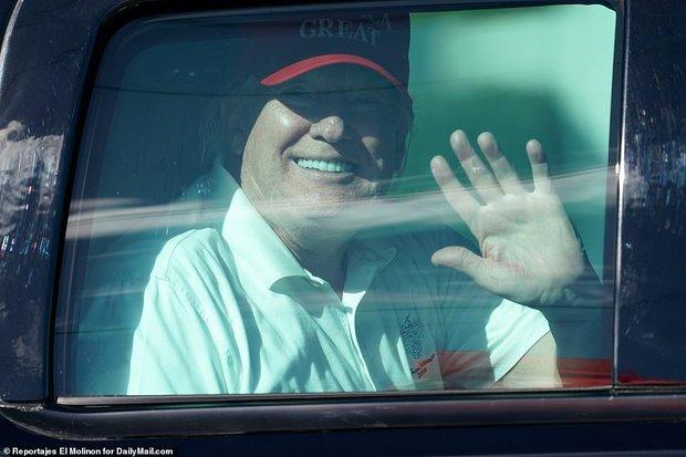 Những hình ảnh đầu tiên của ông Trump sau khi chính thức mãn nhiệm và rời khỏi Nhà Trắng, dòng chữ trên mũ ông đội thu hút sự chú ý - Ảnh 8.