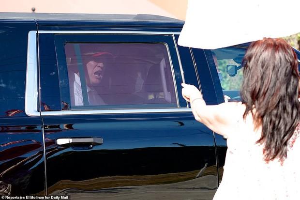Những hình ảnh đầu tiên của ông Trump sau khi chính thức mãn nhiệm và rời khỏi Nhà Trắng, dòng chữ trên mũ ông đội thu hút sự chú ý - Ảnh 7.