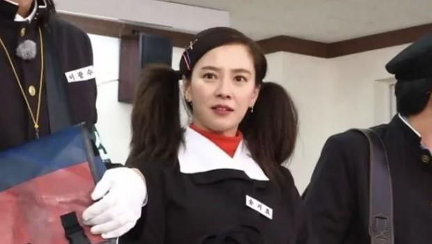 Song Ji Hyo xuyên không hóa nữ sinh thập niên 1980, nhưng lại nhận ý kiến trái chiều vì tạo hình lố - Ảnh 2.