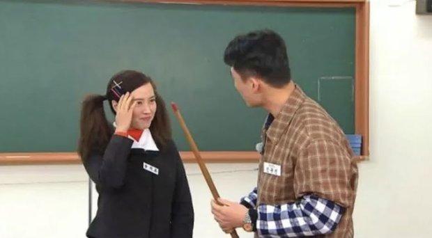Song Ji Hyo xuyên không hóa nữ sinh thập niên 1980, nhưng lại nhận ý kiến trái chiều vì tạo hình lố - Ảnh 4.