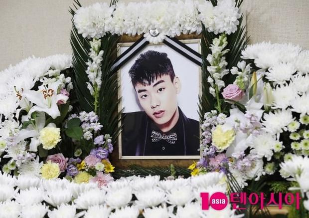 Hé lộ hình ảnh bên trong đám tang thành viên hụt BTS, chị gái lên tiếng quyết giữ kín nguyên nhân tử vong - Ảnh 5.