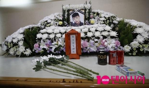 Hé lộ hình ảnh bên trong đám tang thành viên hụt BTS, chị gái lên tiếng quyết giữ kín nguyên nhân tử vong - Ảnh 4.