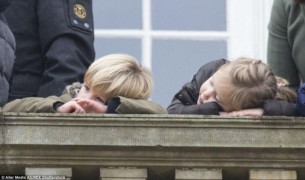 """Những khoảnh khắc """"cưng xỉu"""" của các em bé Hoàng tộc khắp thế giới, mang danh Hoàng tử Công chúa thì vẫn là trẻ nhỏ vô tư và cực lầy - Ảnh 11."""