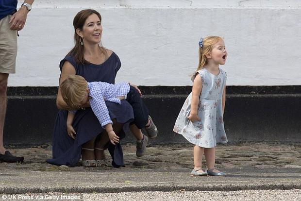 """Những khoảnh khắc """"cưng xỉu"""" của các em bé Hoàng tộc khắp thế giới, mang danh Hoàng tử Công chúa thì vẫn là trẻ nhỏ vô tư và cực lầy - Ảnh 13."""