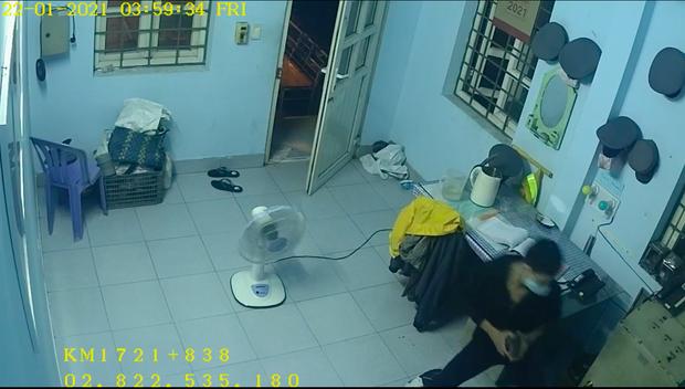 Thanh niên dùng móc quần áo mở cửa nhà gác chắn đường tàu để trộm cắp tài sản - Ảnh 3.