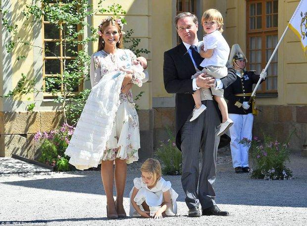 """Những khoảnh khắc """"cưng xỉu"""" của các em bé Hoàng tộc khắp thế giới, mang danh Hoàng tử Công chúa thì vẫn là trẻ nhỏ vô tư và cực lầy - Ảnh 10."""