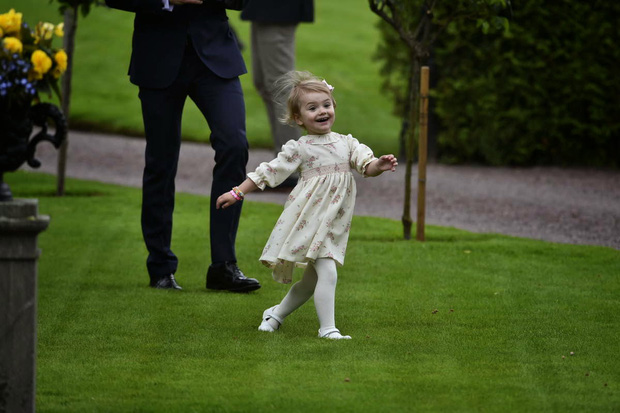 """Những khoảnh khắc """"cưng xỉu"""" của các em bé Hoàng tộc khắp thế giới, mang danh Hoàng tử Công chúa thì vẫn là trẻ nhỏ vô tư và cực lầy - Ảnh 14."""
