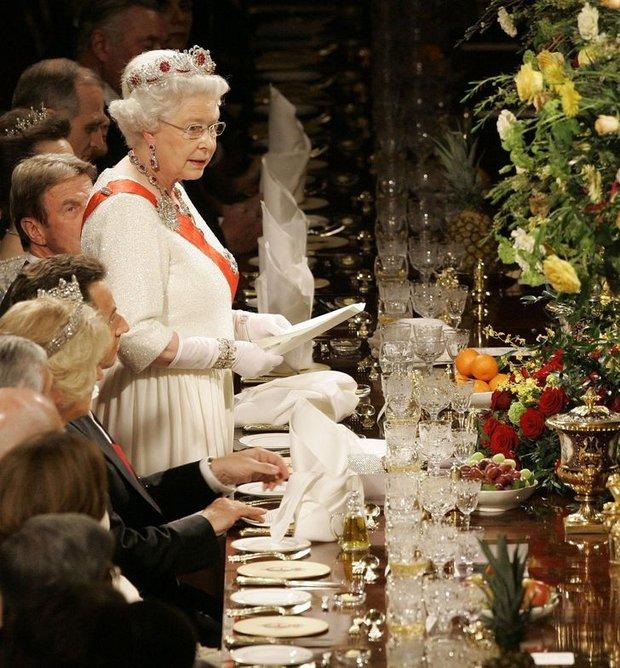 8 quy tắc giúp chúng ta hiểu cuộc sống của Hoàng gia Anh nghiêm ngặt đến mức nào - Ảnh 2.
