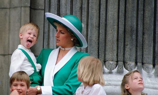 """Những khoảnh khắc """"cưng xỉu"""" của các em bé Hoàng tộc khắp thế giới, mang danh Hoàng tử Công chúa thì vẫn là trẻ nhỏ vô tư và cực lầy - Ảnh 1."""