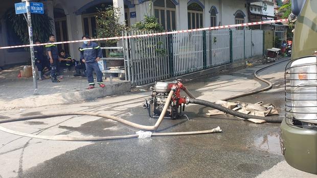 Kho vải hàng trăm m2 cháy nguyên đêm ở Sài Gòn: Nhiều nhà dân bị cháy sém, phải đi ngủ nhờ - Ảnh 2.