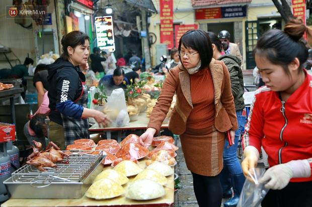 """Gà cánh tiên """"hút khách"""" trong phiên chợ Rằm cuối năm giữa phố Hà Nội: Chủ quán luộc gà gấp rút, shipper giao mỏi chân không kịp - Ảnh 12."""