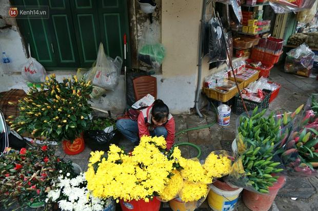 """Gà cánh tiên """"hút khách"""" trong phiên chợ Rằm cuối năm giữa phố Hà Nội: Chủ quán luộc gà gấp rút, shipper giao mỏi chân không kịp - Ảnh 19."""
