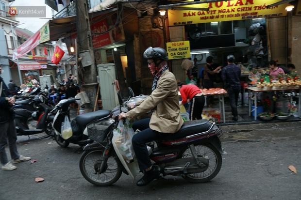 """Gà cánh tiên """"hút khách"""" trong phiên chợ Rằm cuối năm giữa phố Hà Nội: Chủ quán luộc gà gấp rút, shipper giao mỏi chân không kịp - Ảnh 10."""