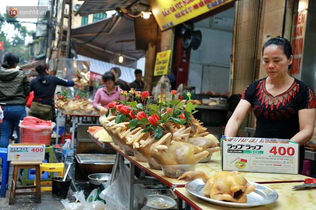 """Gà cánh tiên """"hút khách"""" trong phiên chợ Rằm cuối năm giữa phố Hà Nội: Chủ quán luộc gà gấp rút, shipper giao mỏi chân không kịp - Ảnh 3."""