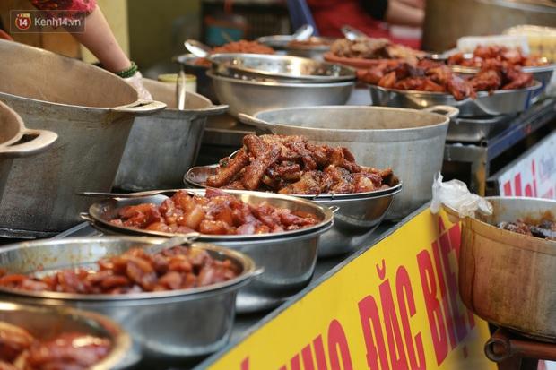 """Gà cánh tiên """"hút khách"""" trong phiên chợ Rằm cuối năm giữa phố Hà Nội: Chủ quán luộc gà gấp rút, shipper giao mỏi chân không kịp - Ảnh 14."""