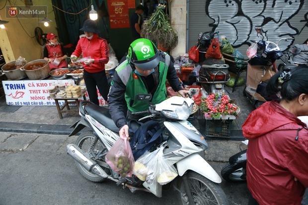 """Gà cánh tiên """"hút khách"""" trong phiên chợ Rằm cuối năm giữa phố Hà Nội: Chủ quán luộc gà gấp rút, shipper giao mỏi chân không kịp - Ảnh 17."""