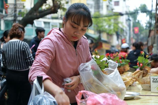 """Gà cánh tiên """"hút khách"""" trong phiên chợ Rằm cuối năm giữa phố Hà Nội: Chủ quán luộc gà gấp rút, shipper giao mỏi chân không kịp - Ảnh 9."""