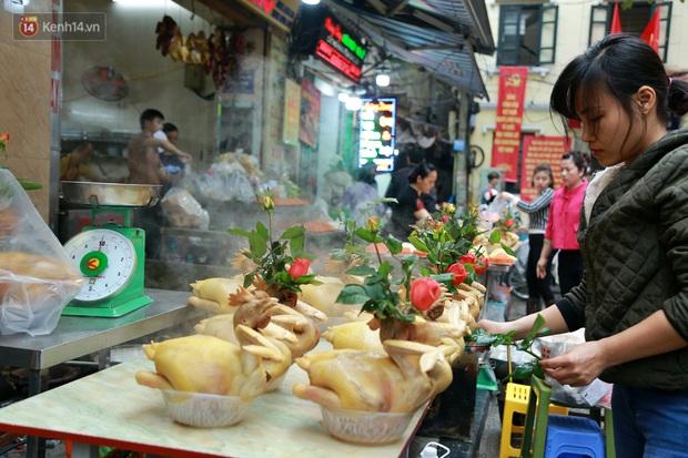 """Gà cánh tiên """"hút khách"""" trong phiên chợ Rằm cuối năm giữa phố Hà Nội: Chủ quán luộc gà gấp rút, shipper giao mỏi chân không kịp - Ảnh 4."""