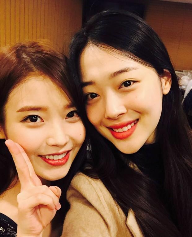 Bài mới của IU lấy cảm hứng từ người bạn bị xem là kẻ lập dị, netizen đoán ngay là Sulli qua thông điệp đầy xúc động? - Ảnh 5.