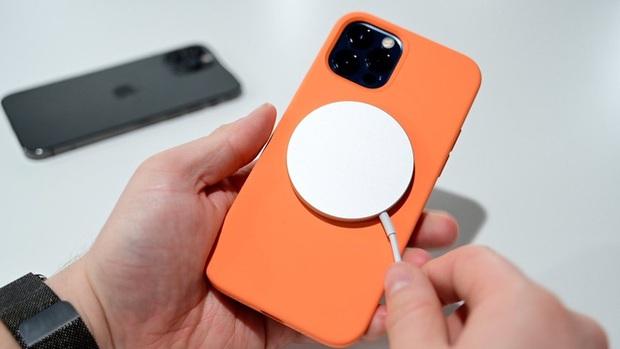 Apple cảnh báo iPhone 12 có thể gây ra vấn đề sức khỏe nghiêm trọng - Ảnh 1.