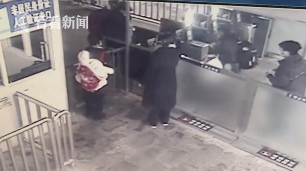 Đứa bé 6 tháng tuổi xuất hiện kỳ bí ở ga tàu hỏa, câu chuyện đằng sau khiến dư luận nổi giận vì hành động của người mẹ - Ảnh 2.