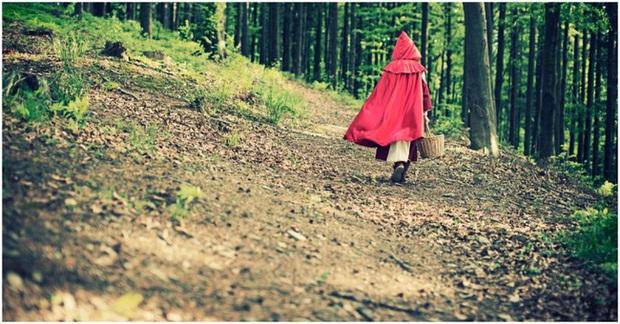 Nguyên bản truyện cổ tích Cô Bé Quàng Khăn Đỏ: Đầy yếu tố bạo lực và đen tối, còn có chi tiết rợn người hệt như trong Tấm Cám - Ảnh 4.