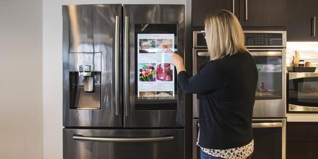 Đầu tư cả núi tiền mua tủ lạnh thông minh, đến lúc sử dụng cô gái mới biết nó phản chủ thế nào: Xem mà tức giùm! - Ảnh 1.