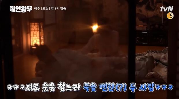 Kim Jung Hyun nhiệt tình lăn giường với Shin Hye Sun đến dậy không nổi ở hậu trường Mr. Queen - Ảnh 4.