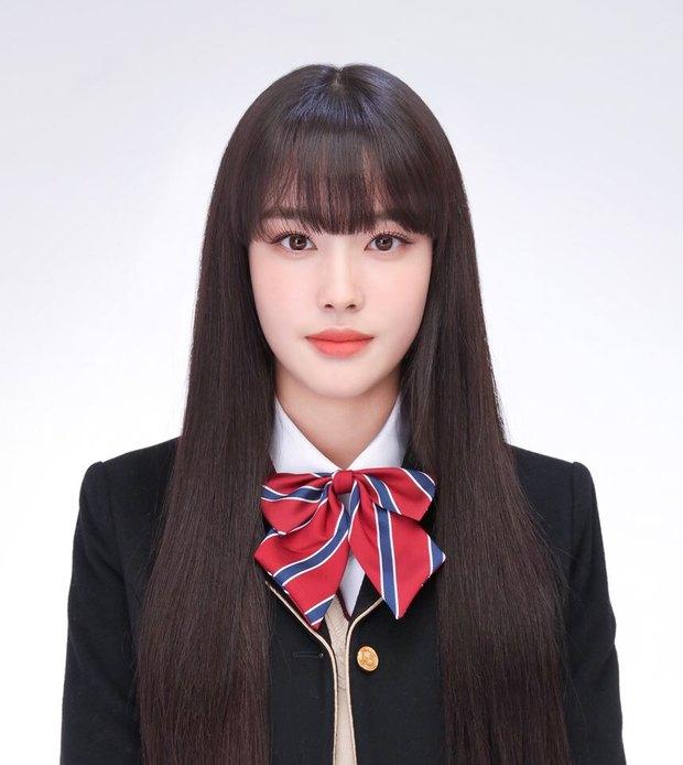 """Ảnh thẻ của tân binh để tóc mái đẹp nhất Kpop chỉ sau Lisa (BLACKPINK): Visual như búp bê, nhan sắc chấp luôn camera """"dìm"""" - Ảnh 2."""