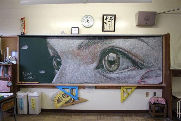 """Dân mạng trầm trồ trước tài năng vẽ của học sinh Nhật Bản: Chỉ phấn trắng, bảng xanh cũng tạo nên những """"tuyệt phẩm"""" thế này đây! - Ảnh 1."""