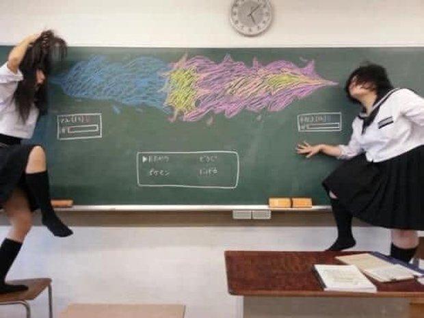 """Dân mạng trầm trồ trước tài năng vẽ của học sinh Nhật Bản: Chỉ phấn trắng, bảng xanh cũng tạo nên những """"tuyệt phẩm"""" thế này đây! - Ảnh 9."""