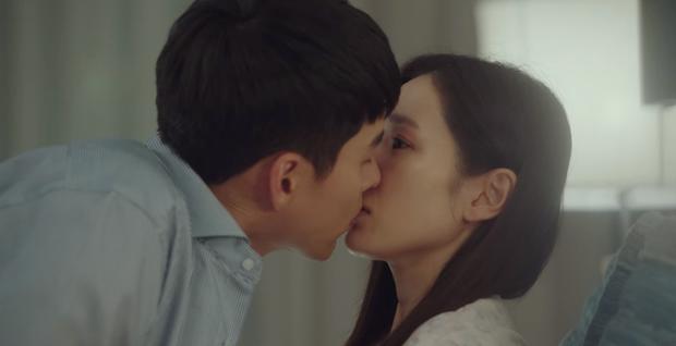 Hyun Bin cứ đóng cảnh hôn Son Ye Jin là tai đỏ bừng bừng, đúng là được khóa môi người yêu có khác! - Ảnh 1.
