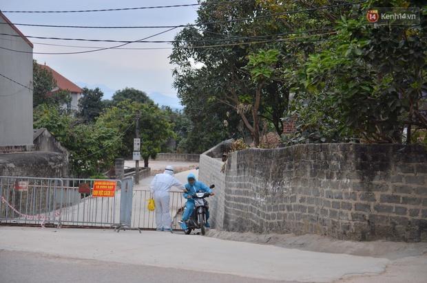 Phong tỏa thôn Kim Điền - Hải Dương liên quan BN 1552: Cuộc sống hàng ngày bị đảo lộn, người dân đeo khẩu trang cả ở trong nhà để phòng dịch - Ảnh 1.