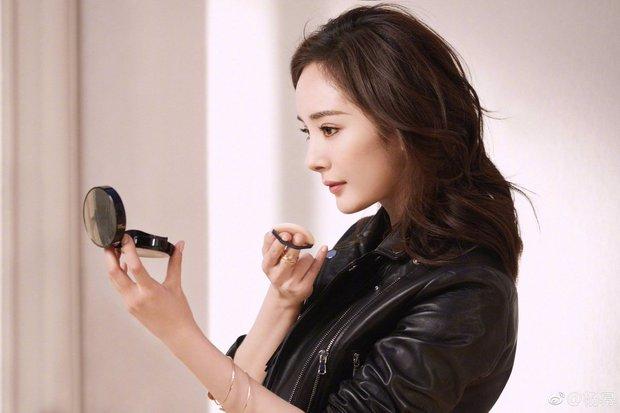 """Biết Dương Mịch nổi tiếng nhưng vẫn phải choáng vì khả năng """"thầu"""" trọn các thương hiệu, đại diện từ thời trang đến mỹ phẩm - Ảnh 2."""