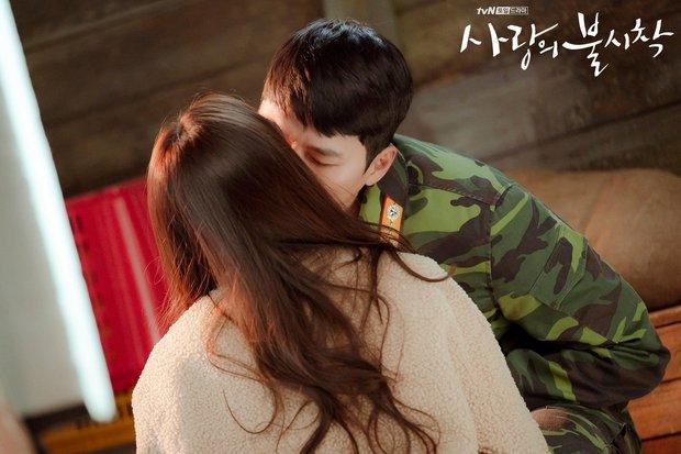 Hyun Bin cứ đóng cảnh hôn Son Ye Jin là tai đỏ bừng bừng, đúng là được khóa môi người yêu có khác! - Ảnh 3.
