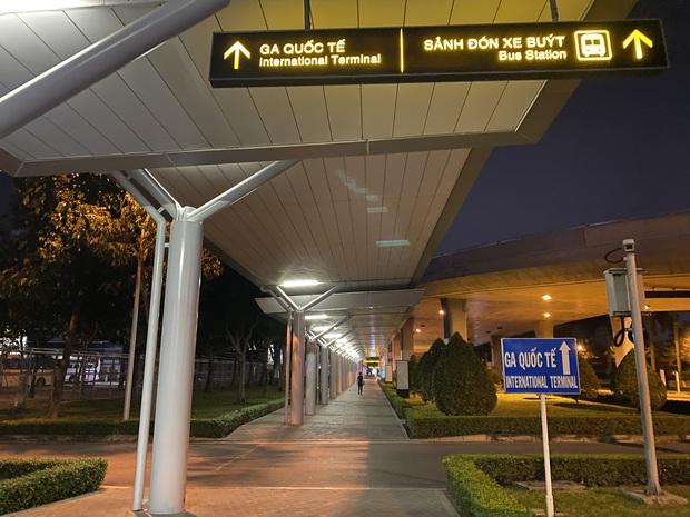 Chùm ảnh: Hình ảnh trái ngược ở ga quốc tế Tân Sơn Nhất trong năm nay và năm trước dịp gần Tết Nguyên đán - Ảnh 16.