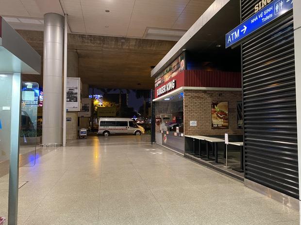 Chùm ảnh: Hình ảnh trái ngược ở ga quốc tế Tân Sơn Nhất trong năm nay và năm trước dịp gần Tết Nguyên đán - Ảnh 13.