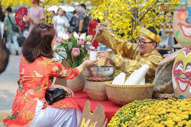 Bà đồ xinh đẹp mặc áo dài, viết thư pháp tại đường hoa mai ở Sài Gòn thu hút nhiều người - Ảnh 11.