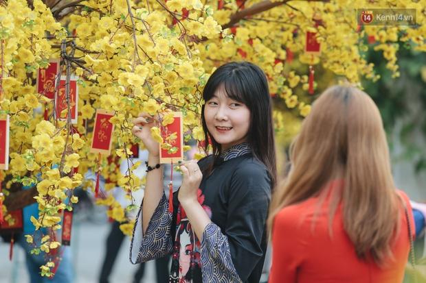 Bà đồ xinh đẹp mặc áo dài, viết thư pháp tại đường hoa mai ở Sài Gòn thu hút nhiều người - Ảnh 8.